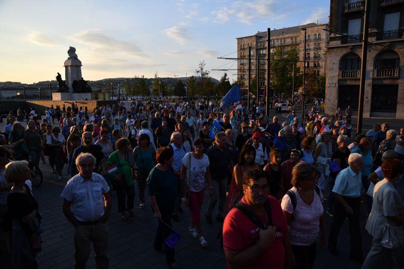 Orbánék a Bibliával is szembe mentek – a tüntetők egy része a Kossuth térre ment
