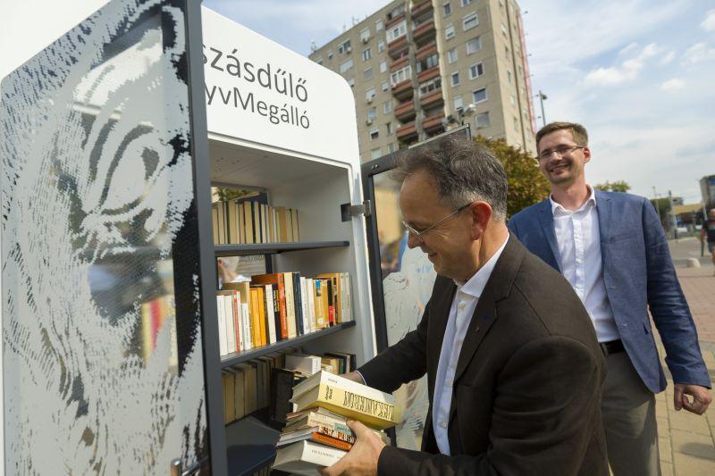KönyvMegállót és okospadot avattak Óbudán – Fotók