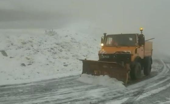Elakadt autók, hóviharban eltévedt turisták – Erdélyben már beindult a tél