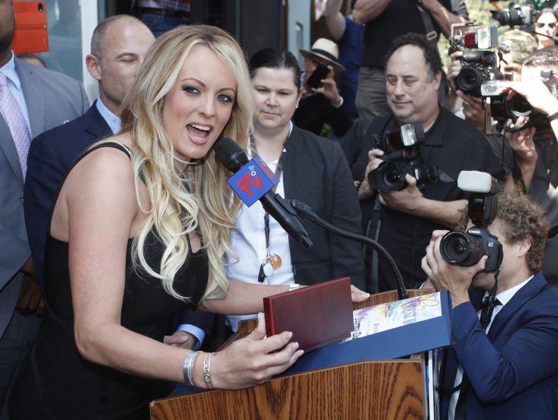 A pornósztár kiteregeti a szennyest Trumpról