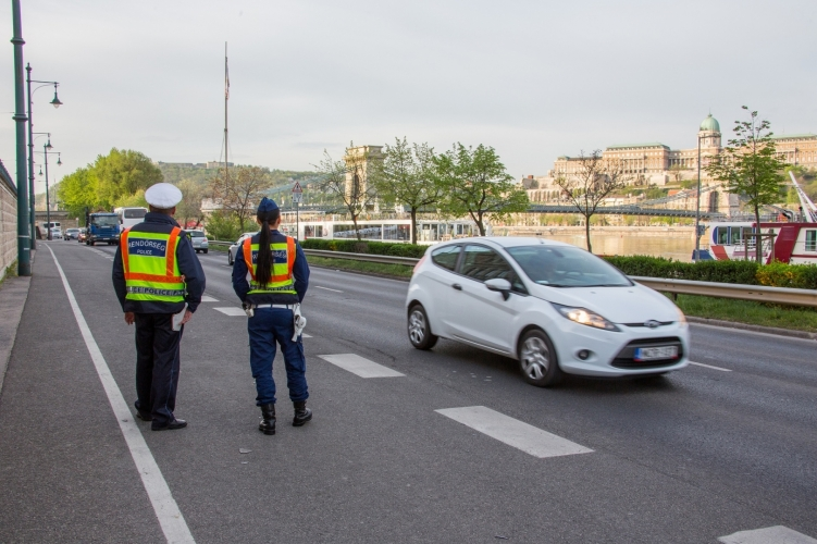 A mobiljukat vezetés közben használó sofőröket ellenőrzik péntek-szombat a rendőrök