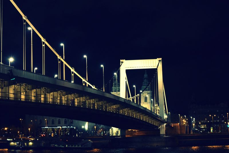 A Dunába ugrott egy férfi az Erzsébet hídról
