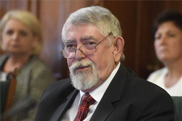 Elbeszélgetne Kásler Miklóssal az MSZP-Párbeszéd a magyar egészségügy helyzetéről