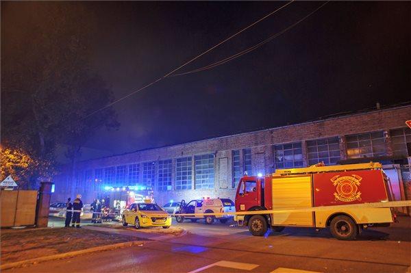 74 tűzoltónak sikerült eloltania a lángokat a kelenföldi raktárban
