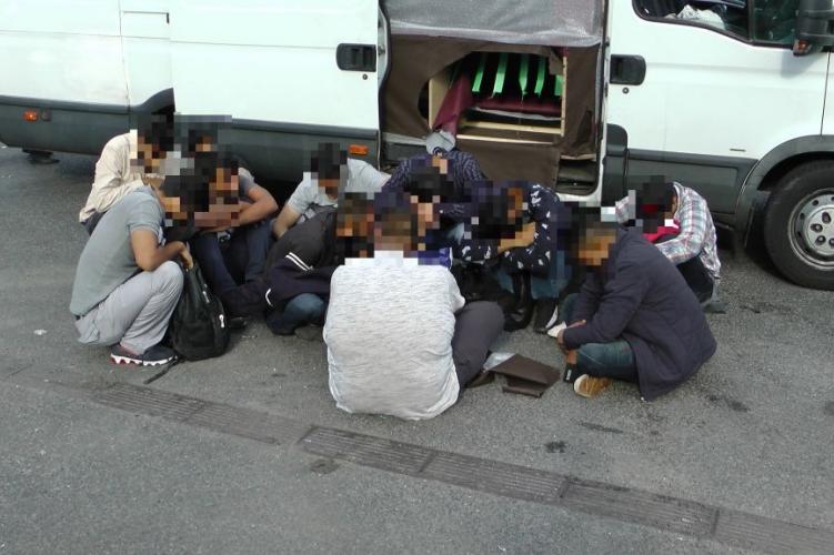 Néha be akarnak hozni pár migránst, most egy teherautó bukott le