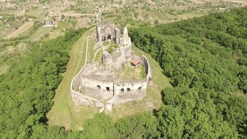 Mentőhelikopter vitte el a férfit, aki lezuhant a somlói vár faláról