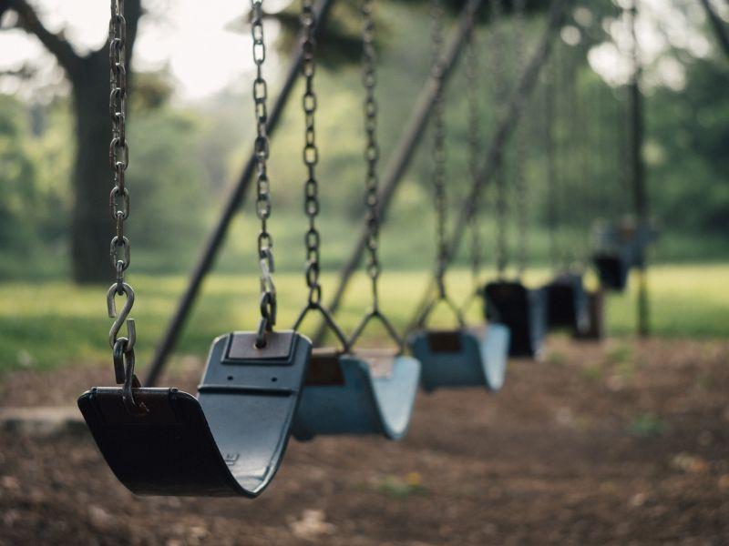 Drog miatt kábultnak hitték a halálos veszélybe került lányt az albertirsai játszótéren, nem segítettek