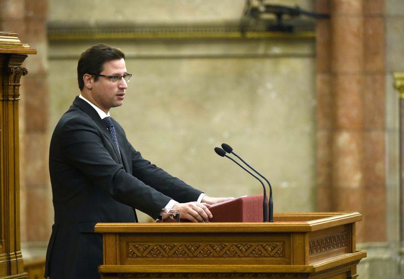 Hétfőn jelenti be a magyar kormány a kirúgásokat