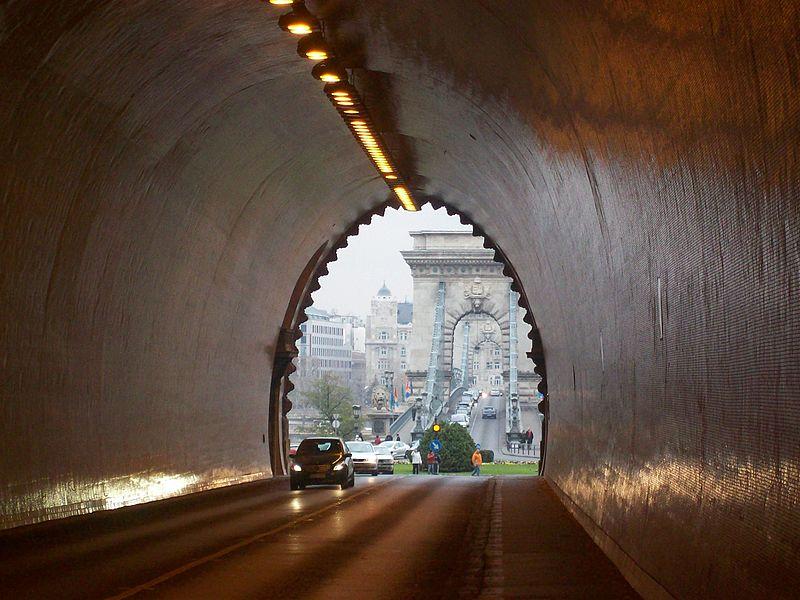 Az autósok másfél, a gyalogosok két évig elfelejthetik a Lánchidat és Váralagutat