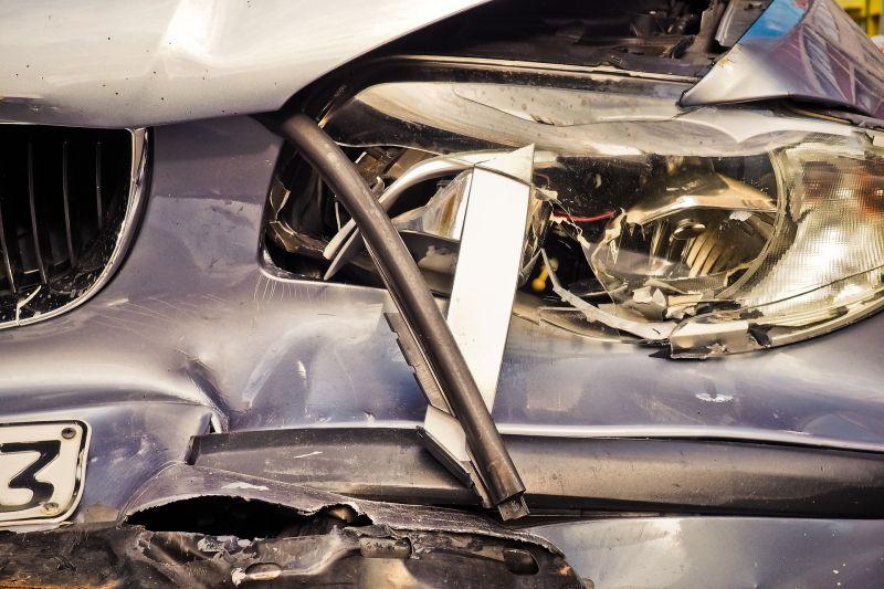 Hatalmas karambol Budapesten: az egyik autó a villamossínekre repült