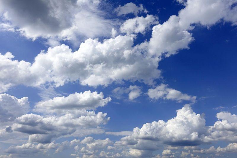 Annyi történik mindössze, hogy nyugaton megjelennek a felhők
