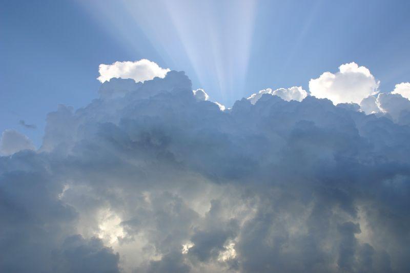 Nyugaton felhős, keleten napsütéses idő lesz