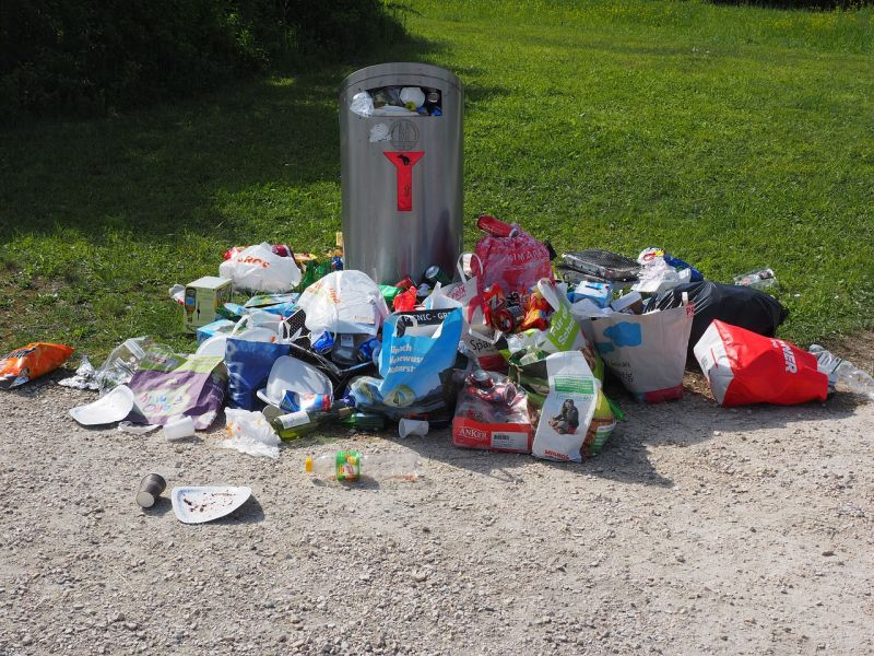 Szerdán már a katasztrófavédelem intézi a szemétszállítást Pest és Nógrád érintett településein