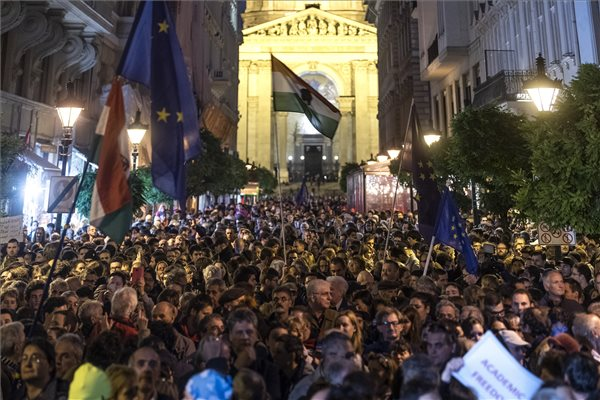 """""""Orbán vegye le a mocskos, korrupt kezét az egyetemről"""" – a CEU mellett tüntettek Budapesten"""