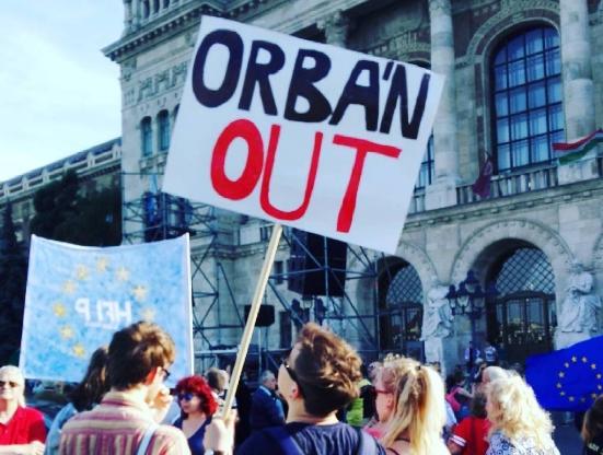 A baloldali ellenzék és a Jobbik együtt tüntetett a köztévénél