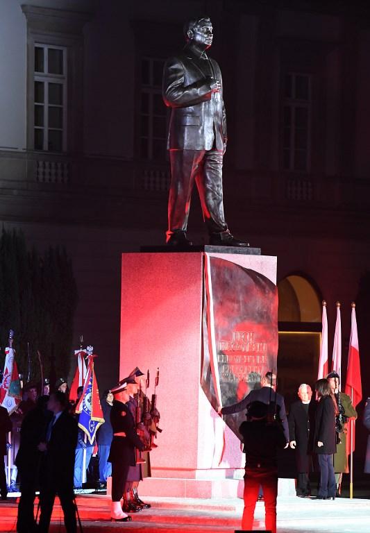 Leleplezték a tragikusan elhunyt Lech Kaczynski lengyel elnök emlékművét
