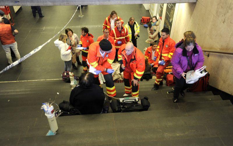 Pánik tört ki a 2-es metrón, az alagútból hozták fel az embereket, mentők látják el őket