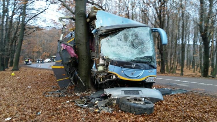 Még vizsgálja a rendőrség, hogy tényleg nem működött-e a fék a Mátrában fának szaladó buszon