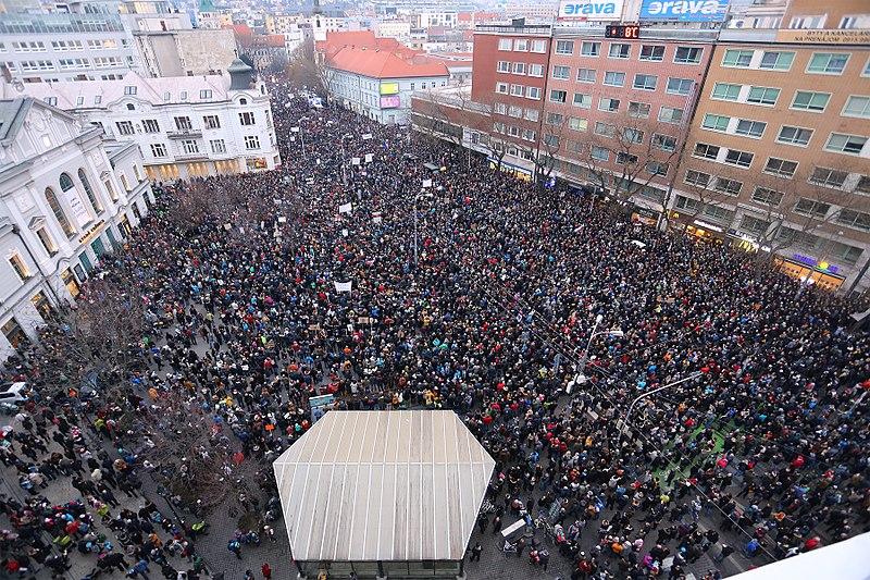 Soros György és egy tervezett államcsíny miatt hallgatták ki a koratavaszi szlovák tüntetések szervezőit