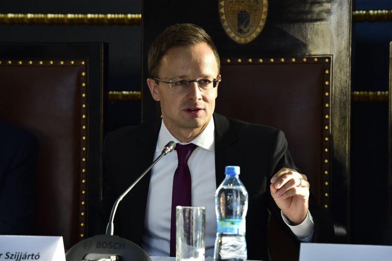 Párbeszéd: Szijjártó Péternek le kell mondania a Gruevszki-ügy miatt
