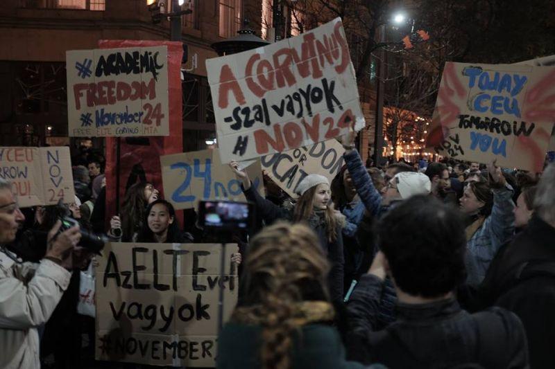 """""""A kormány fél a tudástól"""" – A CEU mellett tüntetett a Momentum Budapesten"""