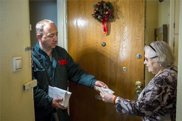 Idén 6 ezer forinttal több lesz – a posta megkezdte a nyugdíjprémiumok kézbesítését