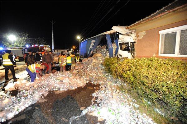 Családi házba csapódott egy kamion Albertirsán, a sofőr beszorult a roncsba