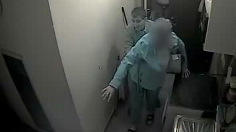 Itt a videó a körözött férfiról, amint hazatámogatja a bedrogozott nőt