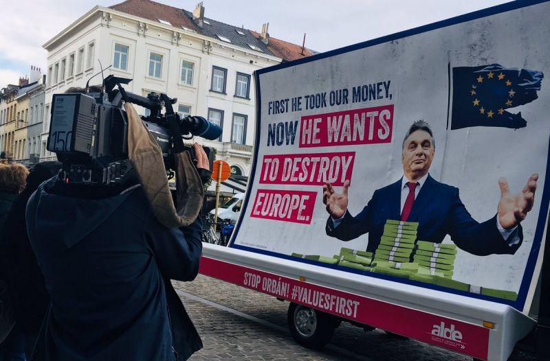 Itt a kormány válasza az Orbán ellen indított óriásplakát-kampányra