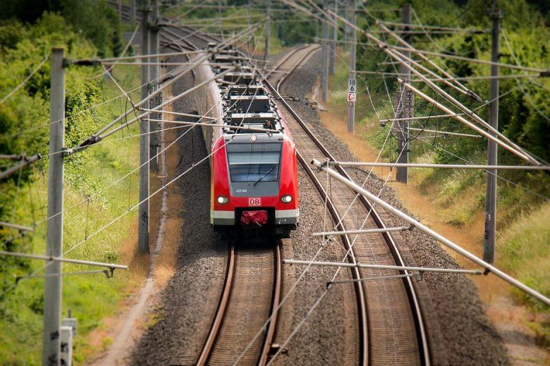 Autót hagytak a sínen, belerohant a veszprémi vonat – áll a vasútforgalom