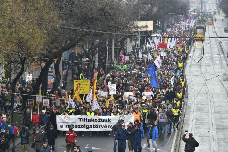Nem lesz tüntetés a parlament előtt