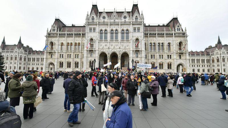 Oszladozik a tömeg, a rendőrök is elhagyták a Kossuth teret