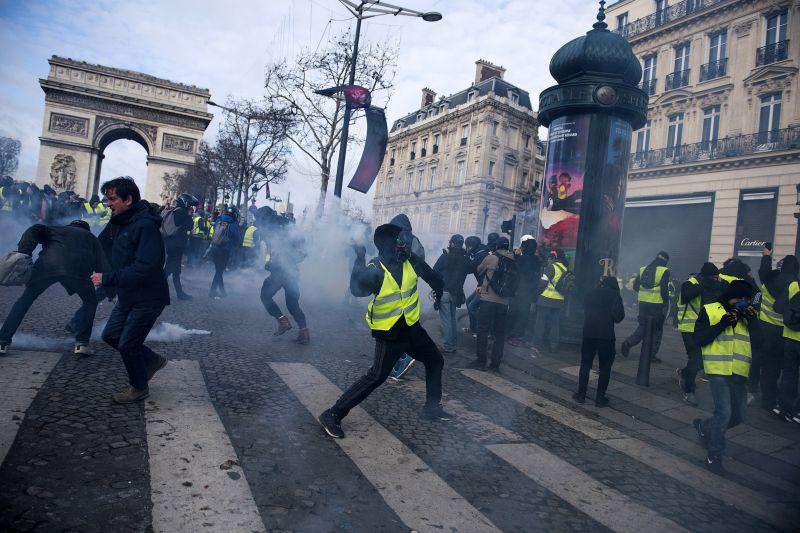 Tömegoszlatás, gránátdobálás Párizsban