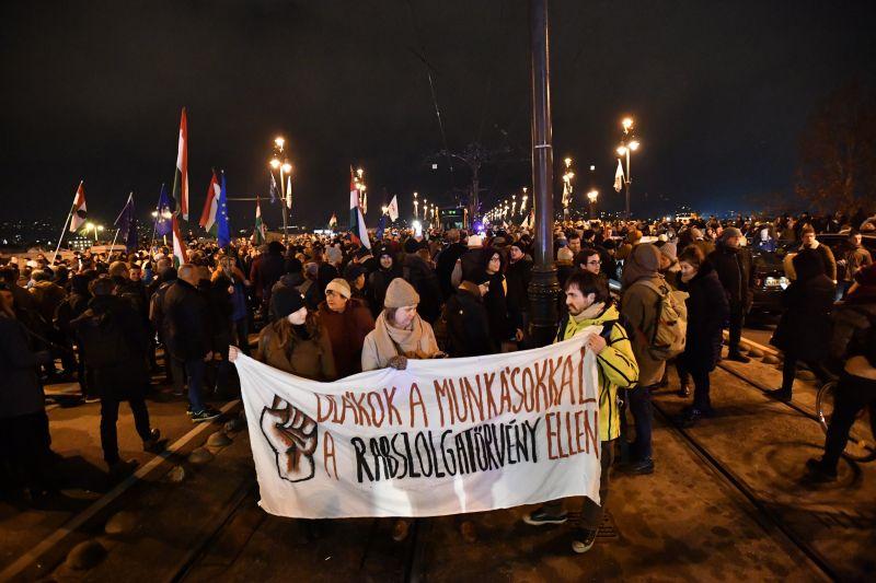 Országszerte tüntetések lesznek vasárnap – itt a menetrend