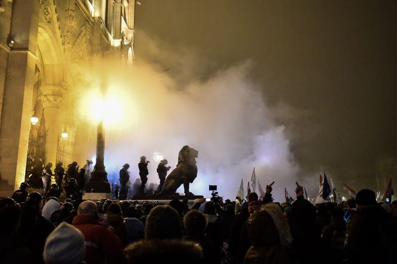 Több milliós a kár a Parlamentben a tüntetések után