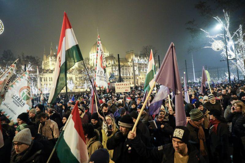 Mégsem vonná vissza a kormány az ünnepnapokra vonatkozó tüntetési tilalmat