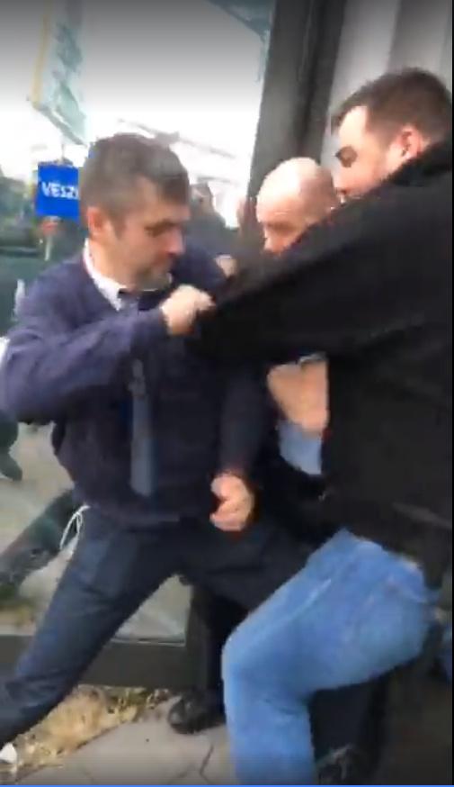 Új felvételen, ahogy Hadházyékat kidobják a tévészékházból – videó