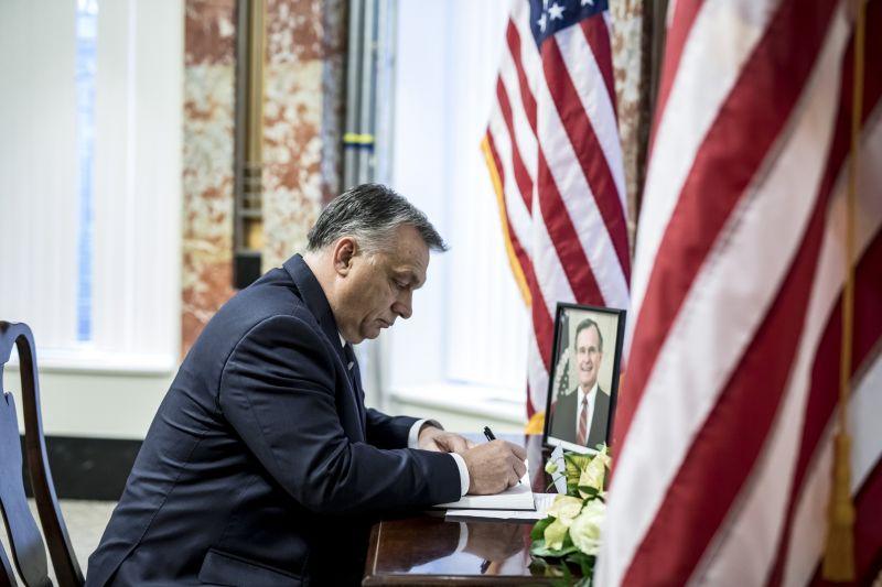 Orbán Viktor az amerikai nagykövetségen kondoleált