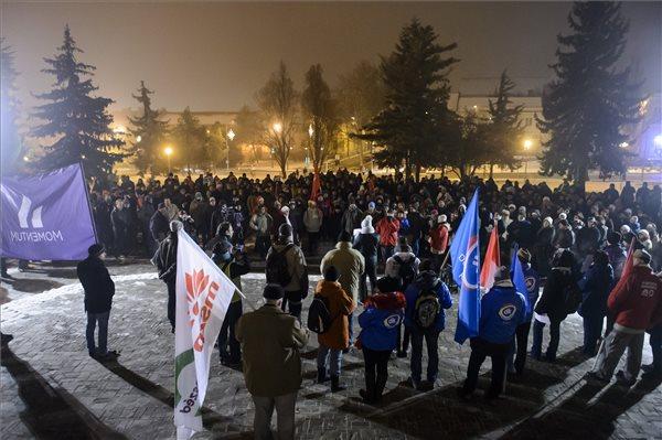 """""""Egerben is vannak gondolkodó emberek"""" – kormányellenes tüntetés volt a hevesi megyeszékhelyen"""