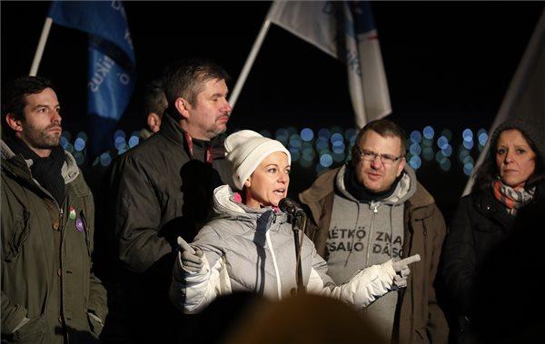 Orbánt a gyárba, népet a Várba – forrósodik a hangulat a tüntetésen