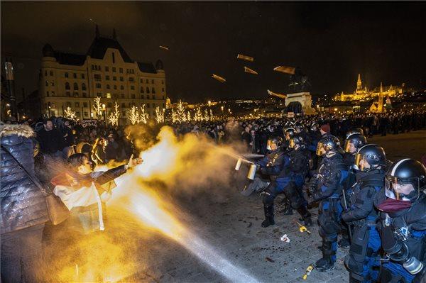 A budapesti tüntetések alatt letartóztatott személyek fele büntetett előéletű