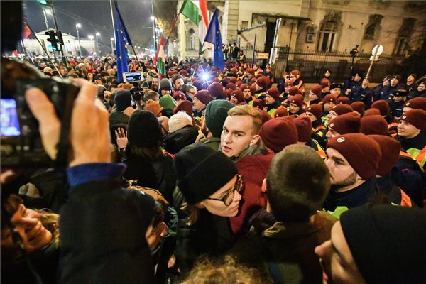 Élő közvetítés a tüntetésről: fokozódik a helyzet, lezárják a Lánchidat a tüntetők