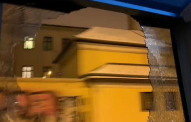 Hiába szóltak az utasok, kitört ablakkal is ment tovább egy budapesti buszsofőr