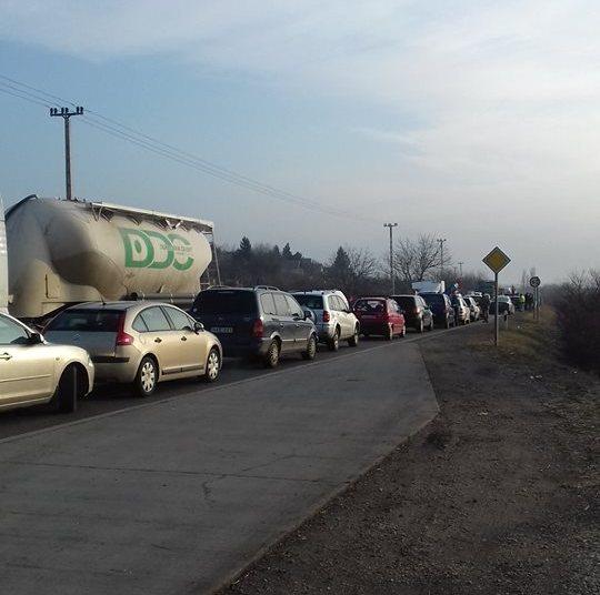 1,5 kilométeres dugót okoztak a tüntetők Pécsett, de az autósok támogatták őket
