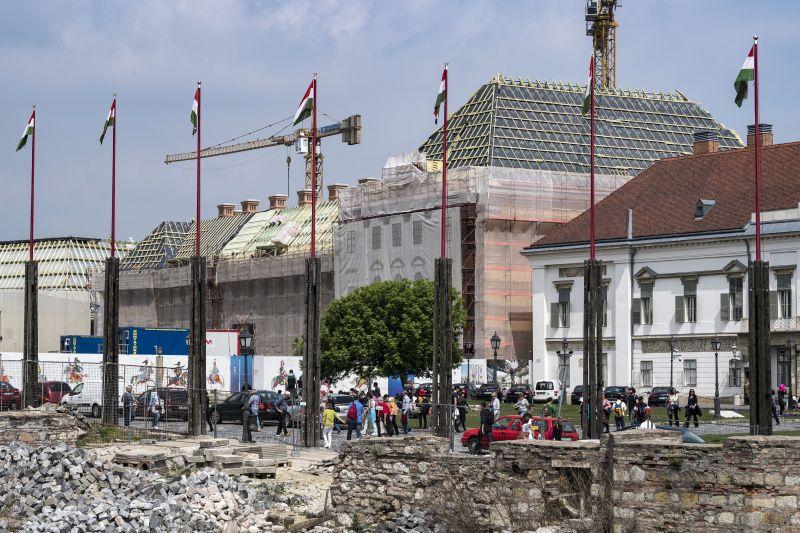 Értékes freskókat mázoltak le Orbán új várbeli hivatalának felújításakor
