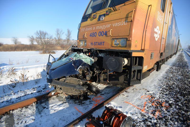 A 170 éves MÁV-ot ünneplő mozdonnyal ütközött egy autó Pest megyében – két halott