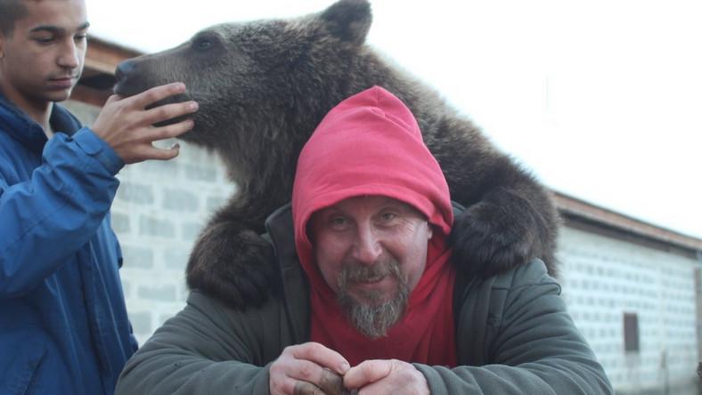 Nevelőszülőket kapott Liluka, a veresegyházi medveotthon 10 hónapos medvebocsa