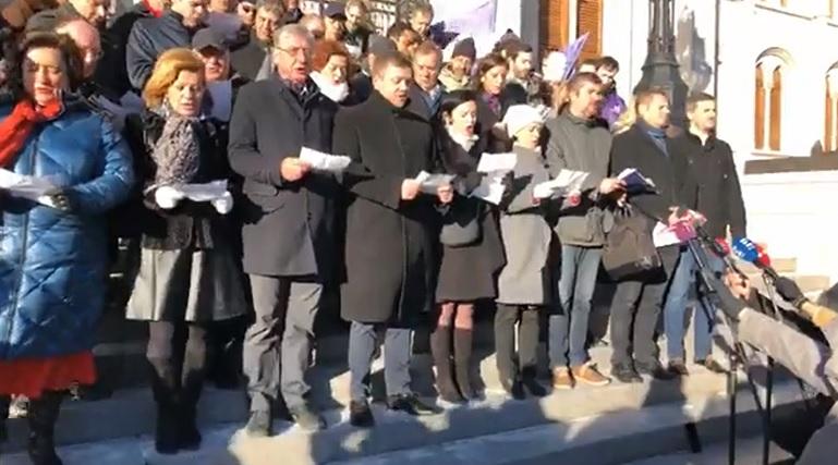 Videó: a parlament lépcsőjén szavalta el fogadalmát az ellenzék