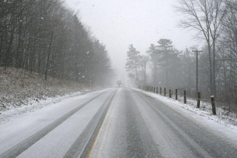 Útinform: vannak nehezen járható utak a hófúvás miatt, egyet le is zártak