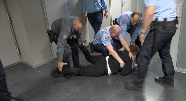 Brutális videó lett nyilvános: így nyomták le a fegyveresek az országgyűlési képviselőt az MTVA-ban